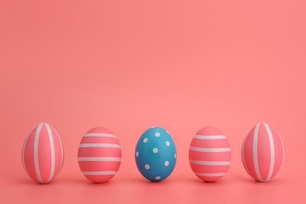Cinco ovos azuis e rosa da páscoa com listras brancas sobre um fundo rosa. ovos em uma linha. conceito de páscoa colorido. lugar para texto, copie o espaço. isolado. cartão de páscoa, banner, design.