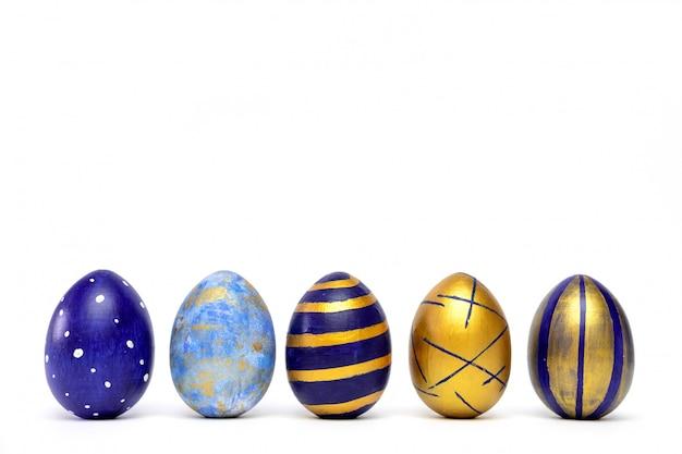 Cinco ovos da páscoa na moda colorido clássico azul