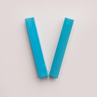 Cinco pedaços de giz de cera azul pastel