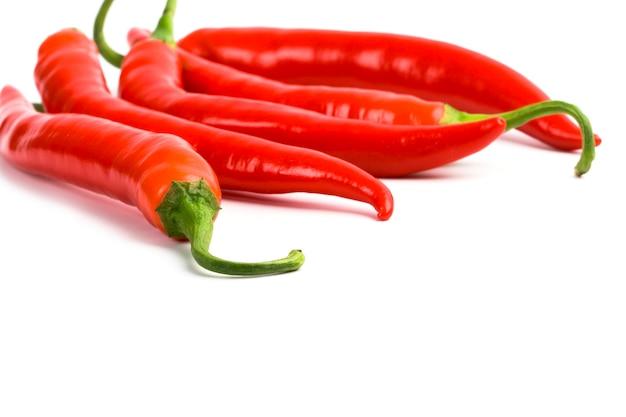 Cinco pimentas vermelhas closeup em fundo branco