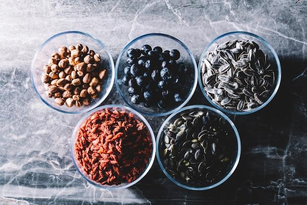 Cinco taças de lanches saudáveis coloridos