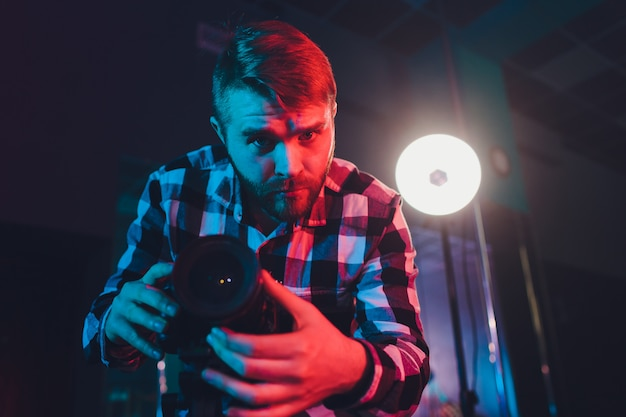 Cinegrafista masculino com slim video do gimball, retrato.