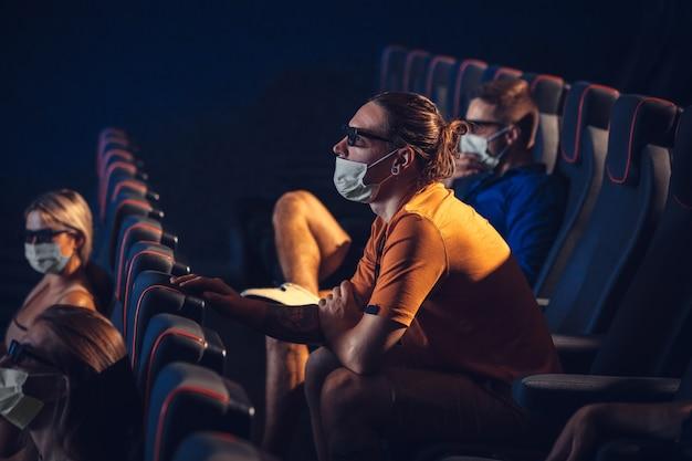 Cinema cinema durante quarentena. pandemia de coronavirus regras de segurança social distância