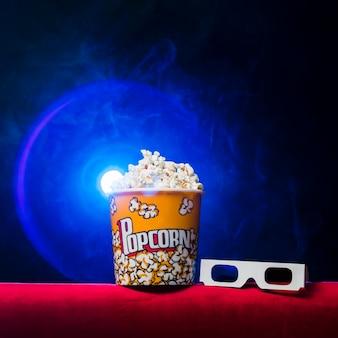Cinema com caixa de pipoca e óculos 3d