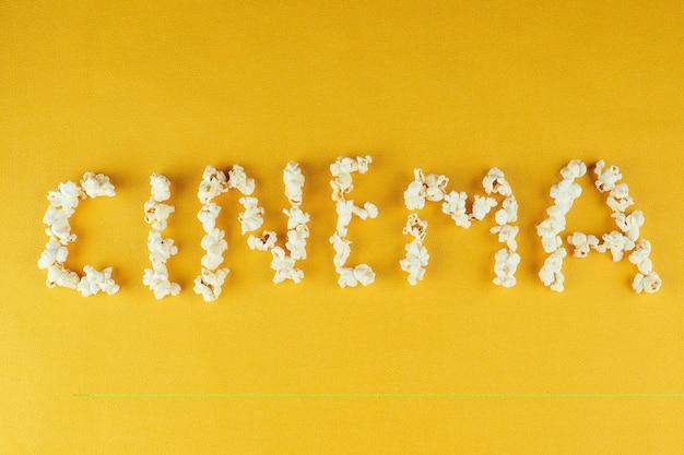 Cinema de inscrição de pipoca. o conceito de home cinema e filmes no cinema.