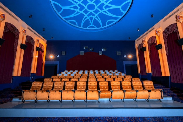 Cinema grande com assentos de filme cadeira vazia.