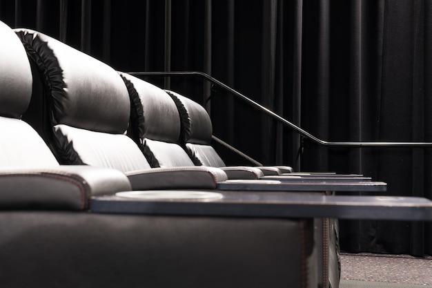 Cinema moderno vazio com assento de couro reclinável.