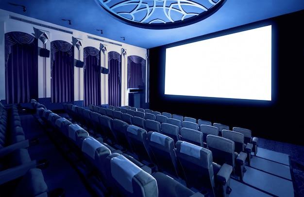 Cinema mostrando a tela de filme branco vazio.