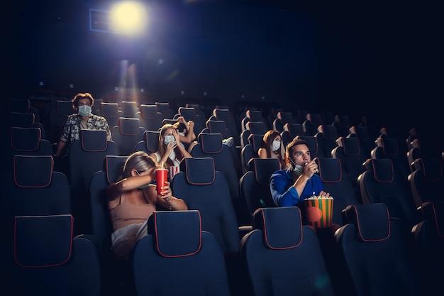Cinema sala de cinema durante quarentena. pandemia de coronavirus regras de segurança distância social