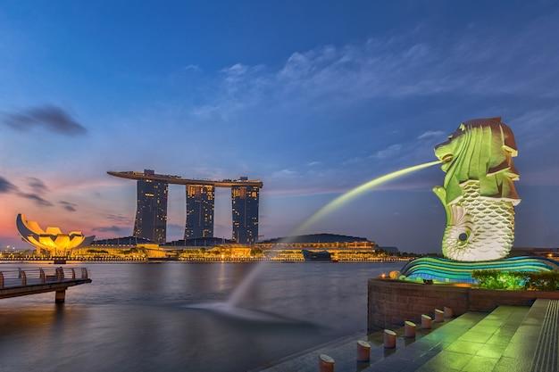 Cingapura - 12 de julho de 2015: cingapura paisagem urbana na cena do nascer do sol., cingapura marina bay paisagem urbana.