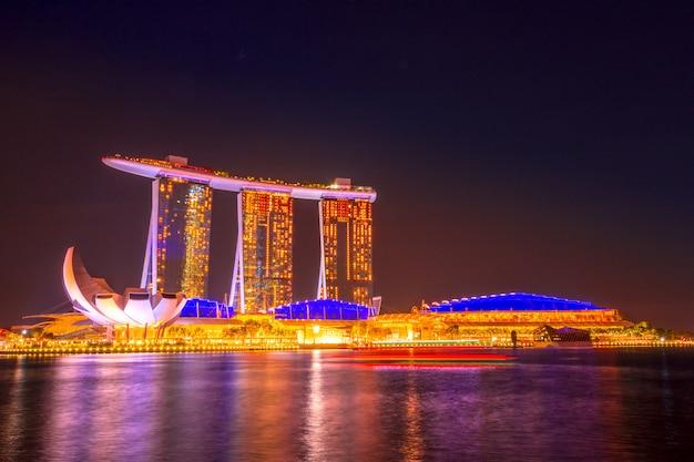 Cingapura. marina bay e artscience museum. noite