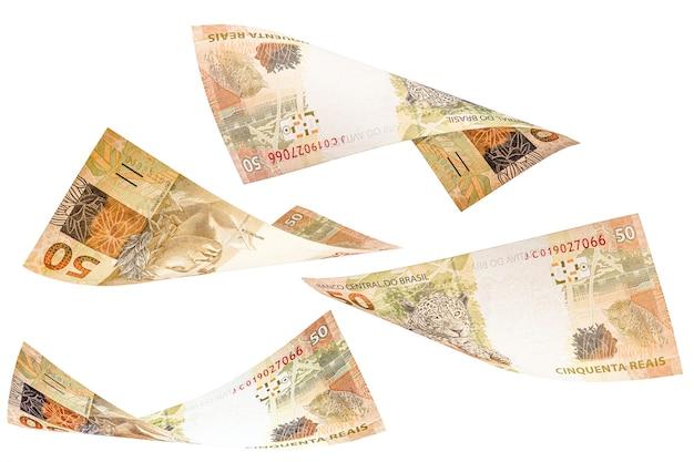 Cinquenta reais caindo sobre fundo branco isolado, dinheiro do brasil