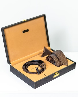 Cinto clássico marrom com gravata na caixa