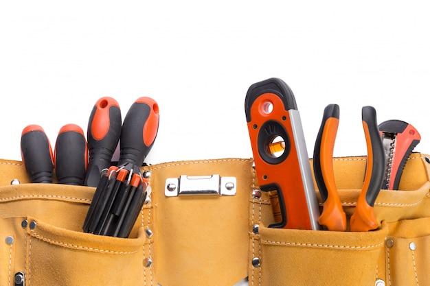 Cinto de ferramentas isolado a branco