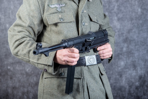 Cinto e metralhadora do soldado alemão em jaqueta a segunda guerra mundial