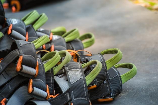 Cintos de segurança com carabinas e capacete. equipamento de pista de obstáculos para atividades ao ar livre e esporte.
