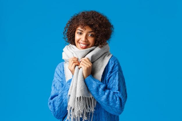 Cintura para cima tiro charmosa sorridente mulher afro-americana atraente na camisola de inverno