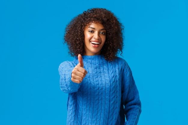 Cintura-se retrato alegre satisfeito fêmea afro-americana com corte de cabelo afro
