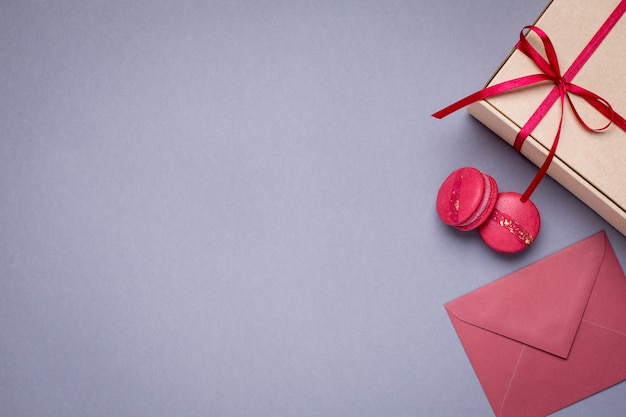Cinza com envelopes de presente, caixa de presente e biscoitos