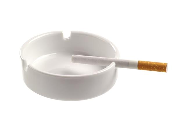 Cinzeiro branco e cigarro isolado no fundo branco