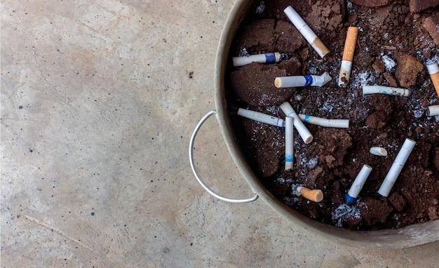 Cinzeiro colseup do recipiente amassado de grãos de café para tabaco. vista do topo