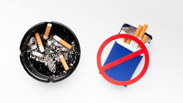 Cinzeiro e sinal de parar de fumar