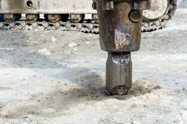 Cinzel de close-up de britadeira hidráulica montada em escavadeira