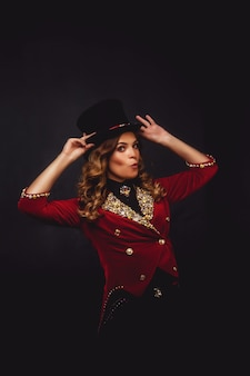 Circo ilusionista mágico feminino em roupas teatrais shows e sorrisos