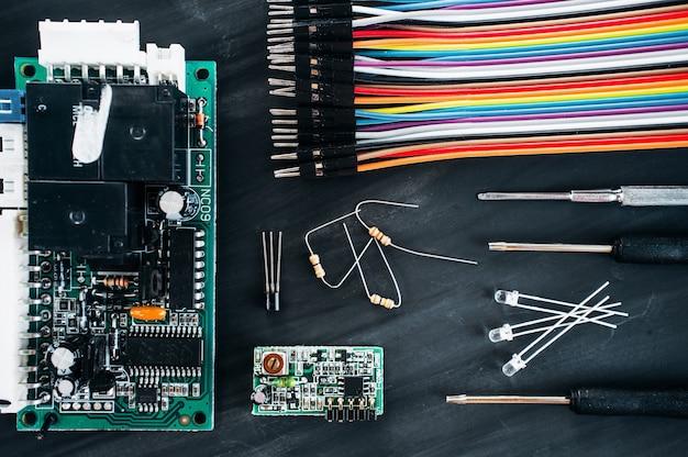 Circuito de computador com cabos e detalhes na mesa preta