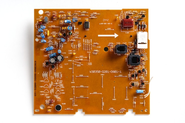 Circuito integrado de um antigo telefone fixo em um fundo branco e isolado