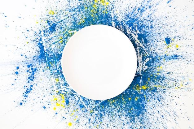 Círculo branco em cores secas brilhantes azuis e amarelas