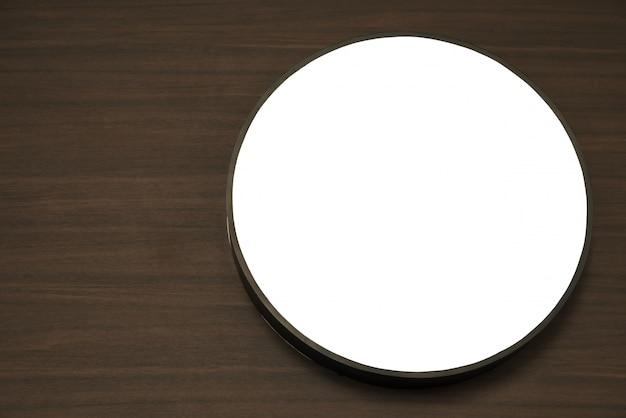 Círculo branco sobre uma mesa de madeira