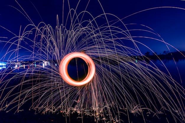 Círculo brilhante à noite