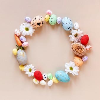 Círculo colorido formado de ovos de páscoa