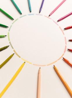 Círculo com diferentes traçados coloridos pintado com marcadores em papel branco. gradiente de traços coloridos. copie o espaço para logotipo, anúncio