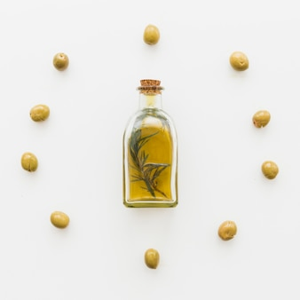 Círculo de azeitonas e garrafa de óleo