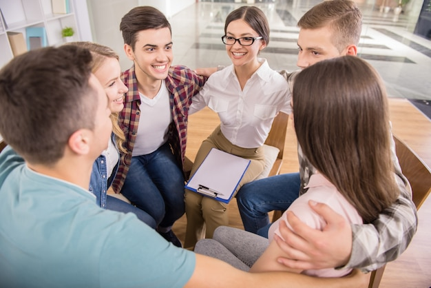 Círculo de confiança. grupo de pessoas sentadas em círculo.