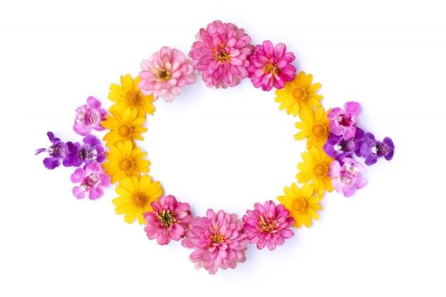 Círculo de flores frescas em fundo branco. vista superior, copie o espaço para texto. postura plana.
