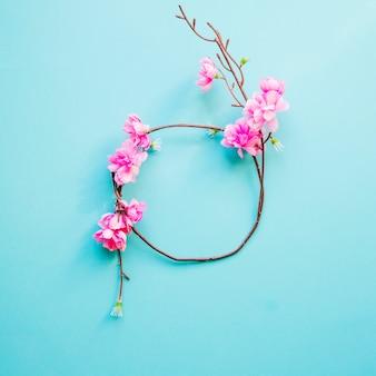 Círculo de galho em flor Foto gratuita