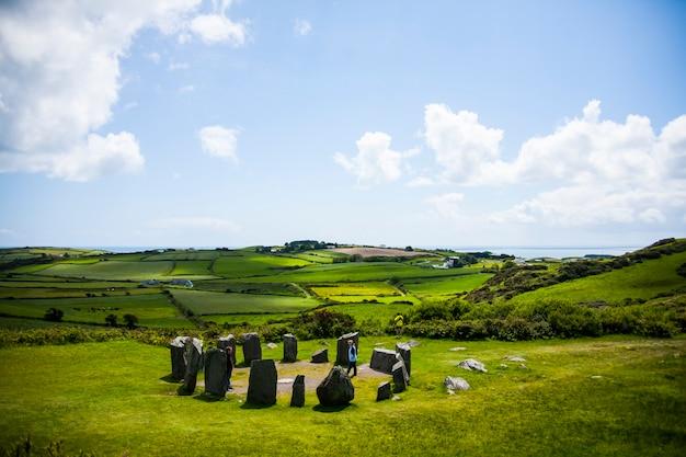 Círculo de pedra drombeg. paisagem de primavera em megálitos drombeg na irlanda.