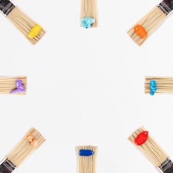 Círculo de pincéis com tintas coloridas
