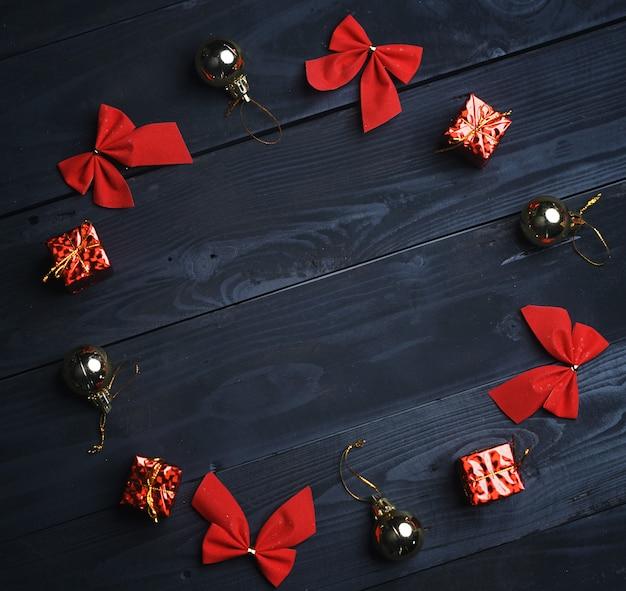 Círculo formado ornamento do natal na textura de madeira preta. vista do topo