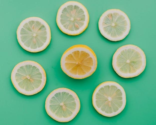 Círculo formado por rodelas de limão fresco