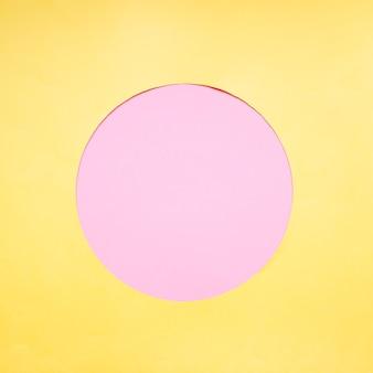 Círculo rosa sobre fundo amarelo