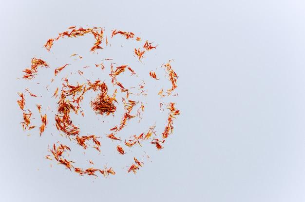 Círculo vermelho açafrão tópicos na parede branca