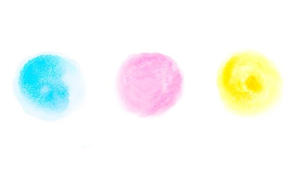 Círculos de acuarela de diferentes cores em papel