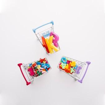 Círculos de vista superior de carrinhos de compras com letras