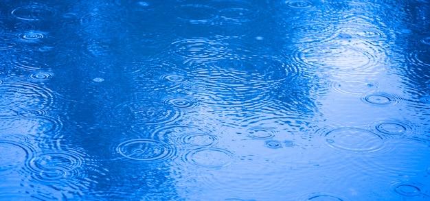 Círculos na água das gotas de chuva.