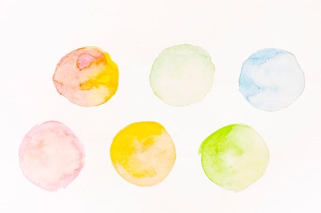 Círculos pintados em aquarela coloridos