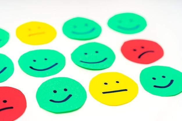 Círculos recortados de papel com rostos com diferentes emoções expressões para estados de espírito de alta qualidade